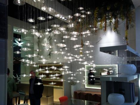 Hunderte kleine Glaslampen über dem Esszimmertisch...